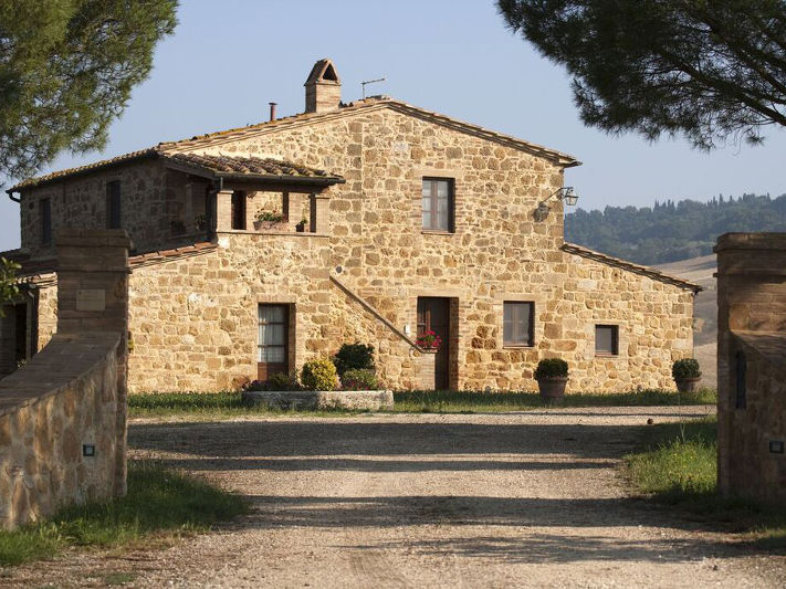 Case In Pietra E Mattoni : Villette in pietra e mattoni disposto su quattro livelli e con